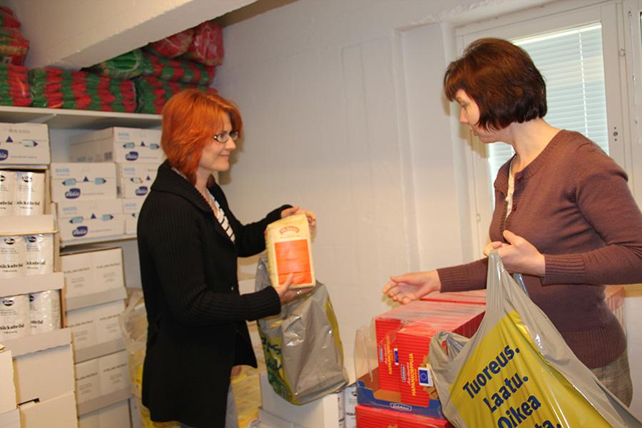 Diakoniatyöntekijät Mari Höfer ja Anne Hammarberg esittelevät EU-ruokatarvikkeita.