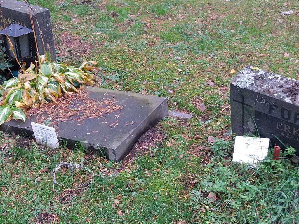 Kaatunut hautakivi hautausmaalla