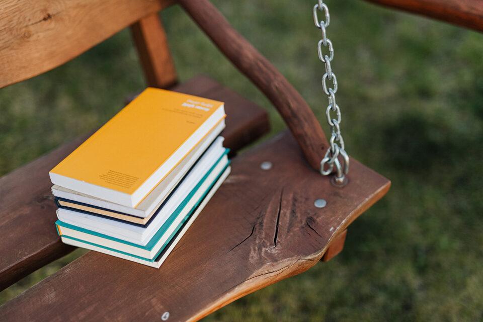 Kirjoja keinussa