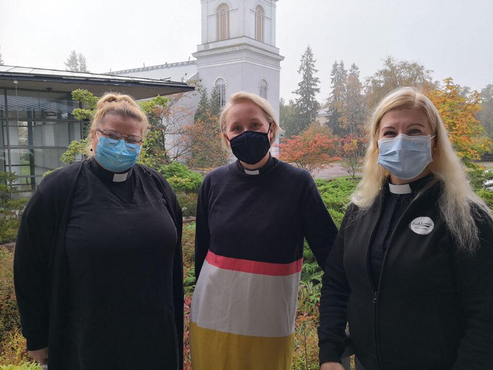 Seurakuntapastorit Hanna Talka, Anna Kinnunen ja Jaana Kivekäs maskit kasvoillaa,