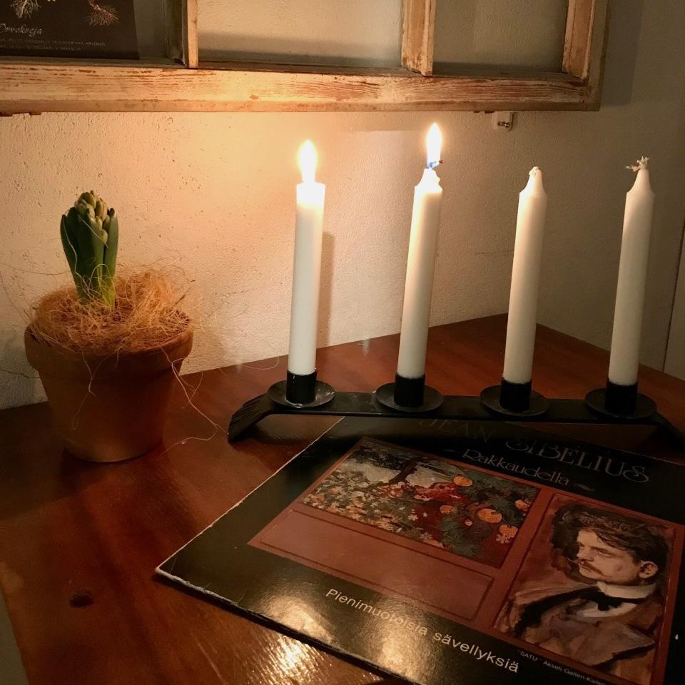 Kaksi kynttilää palaa adventtikynttelikössä