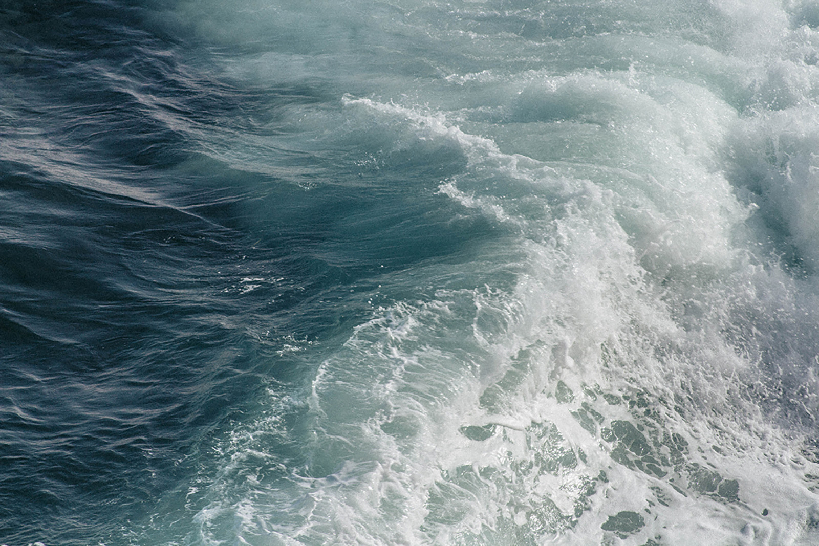 Meri aaltoilee