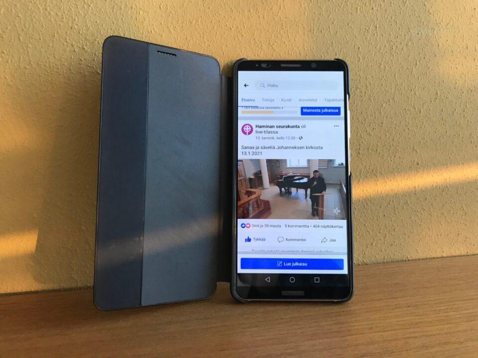 Kännykkä josta näkyy Facebookin sivu