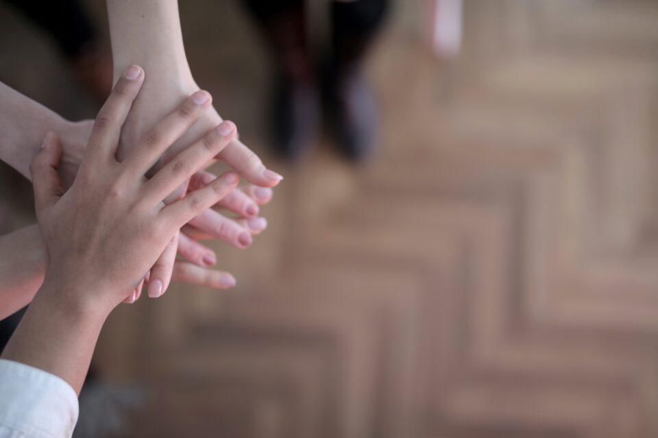 Neljä lapsen kättä päällekkäin
