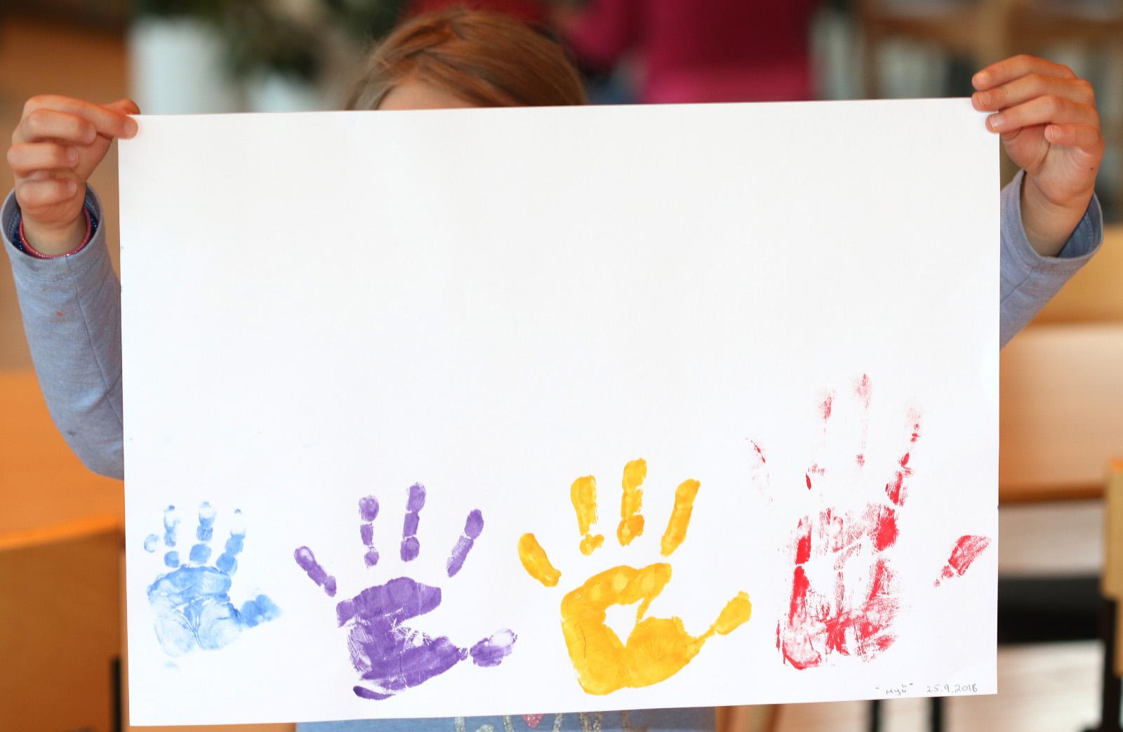 Paperille painettu väreillä käden kuvia