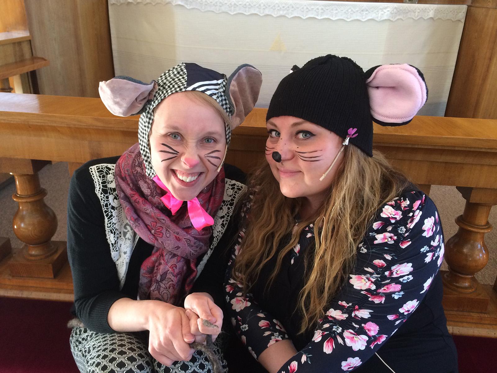 Kaksi työntekijää on pukeutunut hiiriksi Johanneksen kirkkoon.