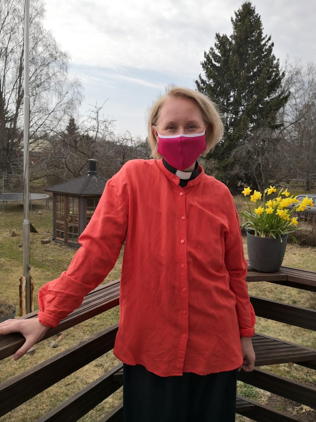 Kirkkoherra Anna Kinnunen maski kasvoillaan