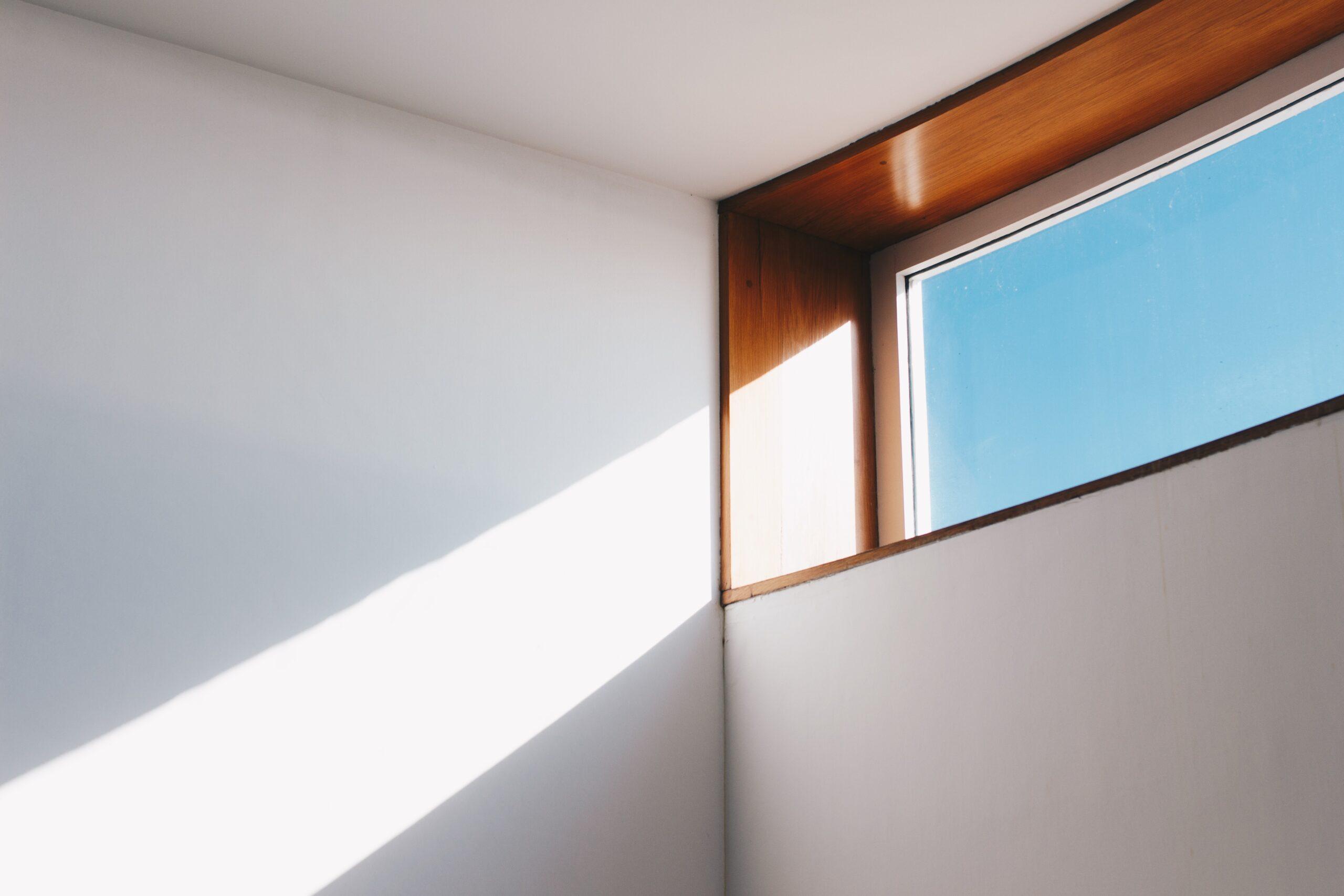Ikkuna josta tulvii valoa