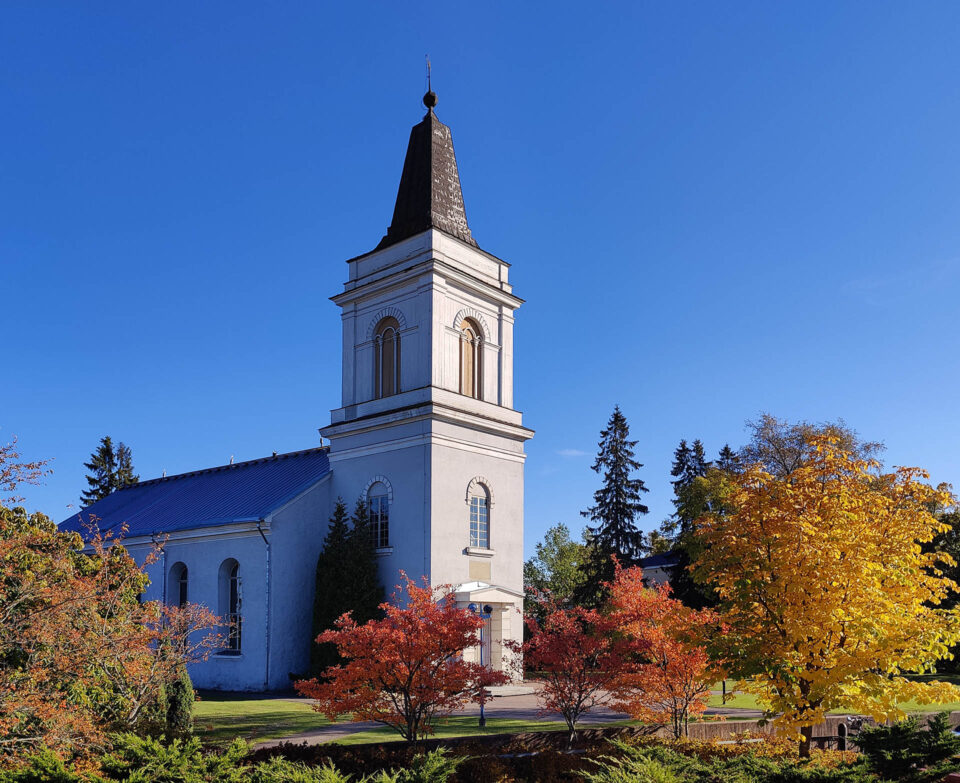 Marian kirkko ja ruskassa olevat puut