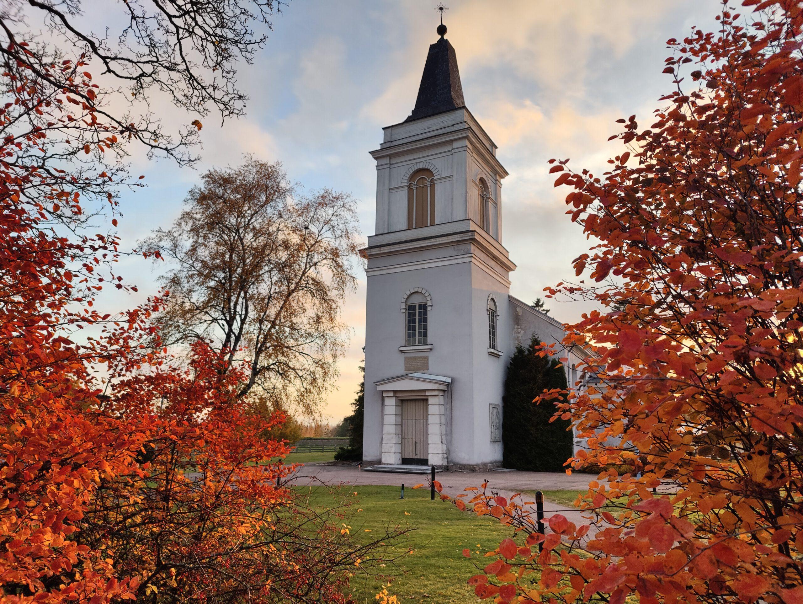 Marian kirkko ja ruskainen kirkkopiha